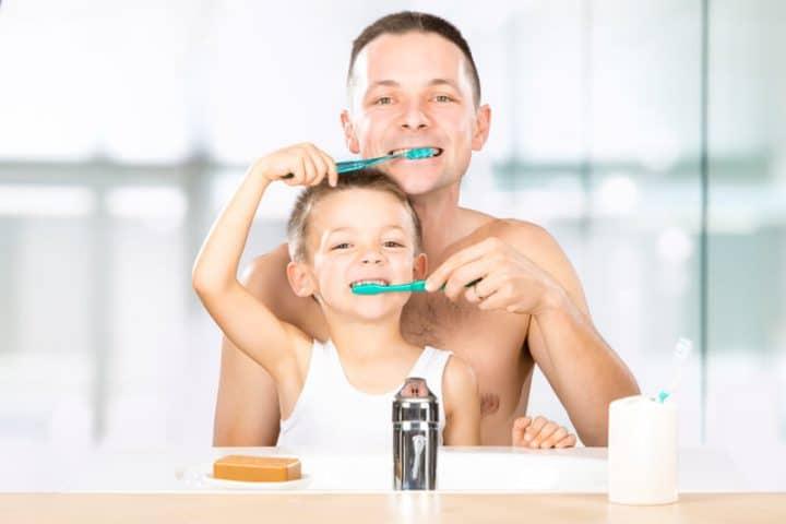 Kind und Vater putzen sich gegenseitig die Zähne   © panthermedia.net /info.zonecreative.it